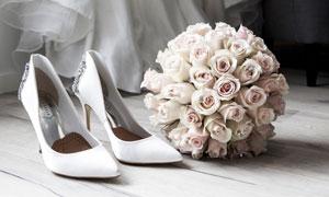 一双高跟鞋与玫瑰花束摄影高清图片