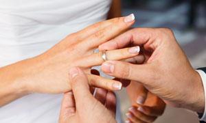 戴戒指的婚庆场景特写摄影高清图片