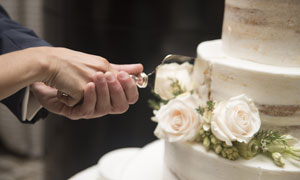 切婚礼蛋糕的情景特写摄影高清图片