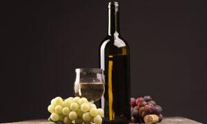 酒瓶高脚杯与两串葡萄摄影高清图片