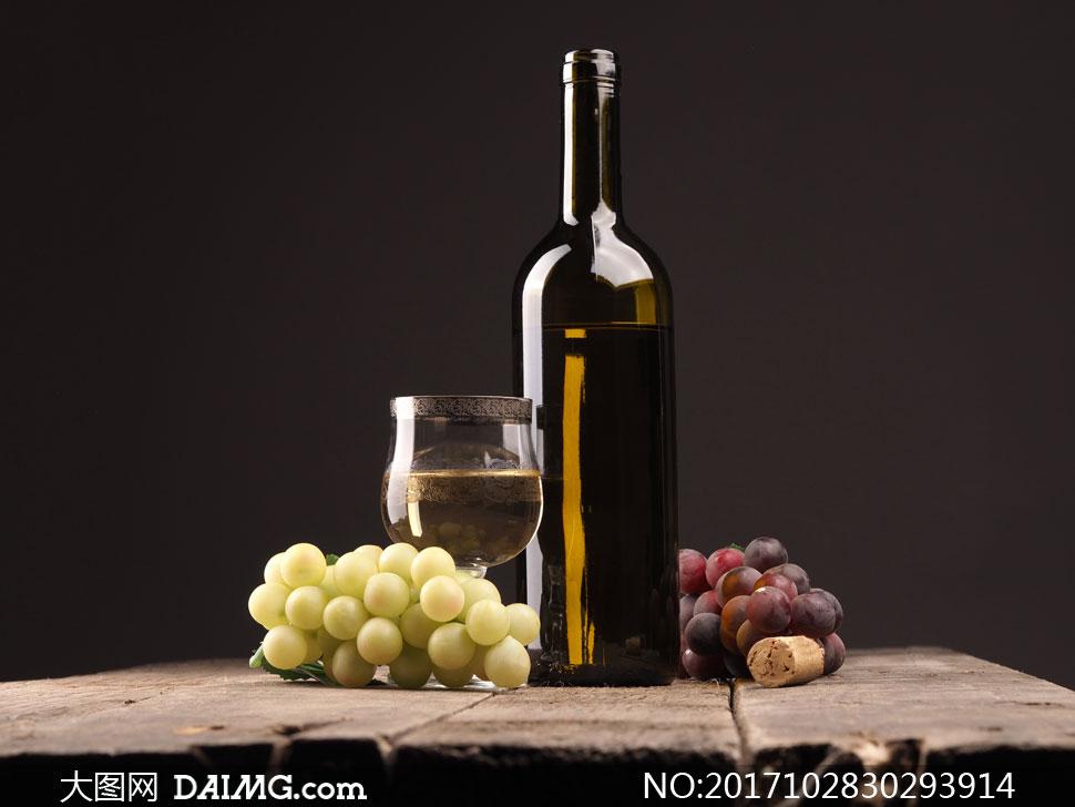 大图首页 高清图片 生活百科 > 素材信息          酒瓶与在倒酒时的