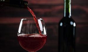 酒瓶与在倒酒时的情景摄影高清图片
