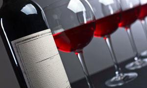 葡萄酒与几杯红酒特写摄影高清图片