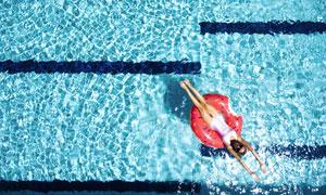 躺游泳圈上的性感美女摄影高清图片