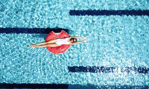 平躺在游泳圈上的美女摄影高清图片