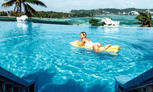 露天泳池中的性感美女摄影高清图片