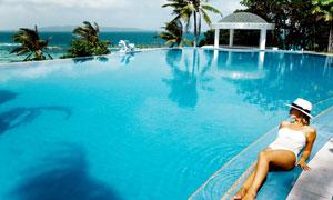 在游泳池台阶上的美女摄影高清图片