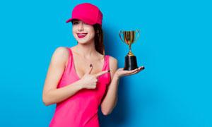 手托着奖杯的开心美女摄影高清图片