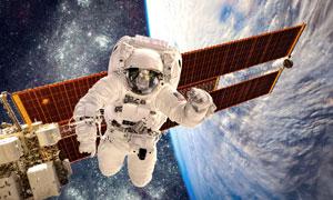 在外太空作業的宇航員攝影高清圖片