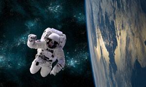 地球與宇宙空間中的宇航員高清圖片