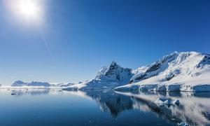 冰雪覆盖下的山峦逆光摄影高清图片