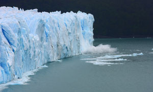 在慢慢坍塌融化的冰山摄影高清图片