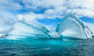 蓝天白云与海上的冰山摄影高清图片