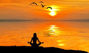 黄昏海边瑜伽人物剪影摄影高清图片