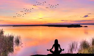 黄昏湖边瑜伽运动美女摄影高清图片
