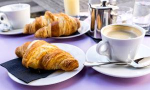 桌上的牛角面包与咖啡摄影高清图片