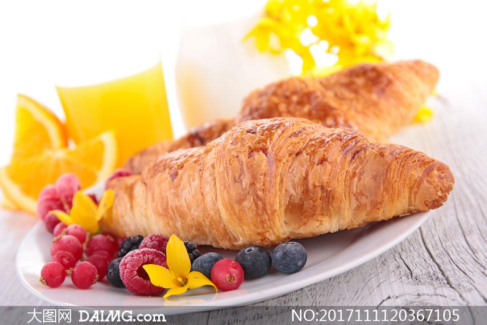 盘子里的水果与牛角包摄影高清图片