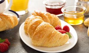 盘子里的覆盆子与牛角面包高清图片