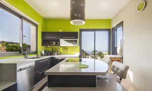 草绿色点缀的厨房内景摄影高清图片