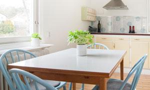 餐桌椅子与开放式厨房摄影高清图片