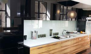 厨房台面上的杯子果盘摆设高清图片