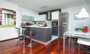 厨房吧台与桌椅等摆设摄影高清图片