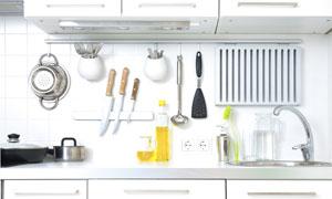 厨房置物架上的厨具等摄影高清图片