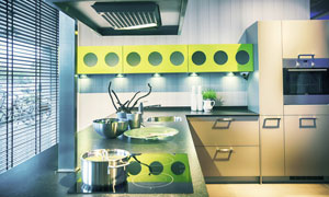 厨房橱柜与在台面上的厨具高清图片