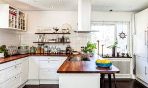 实木台面的开放式厨房内景高清图片