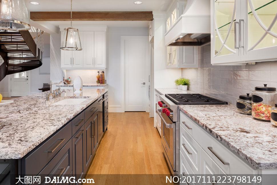 渲染图效果图房间室内厨房吊灯台面操作台房门白色厨具灯光照明木地板图片