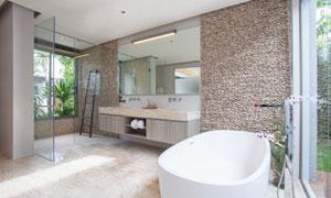 房间里的浴缸与洗漱台摄影高清图片
