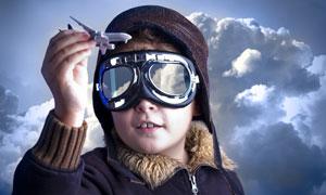手拿飞机模型的飞行员儿童高清图片