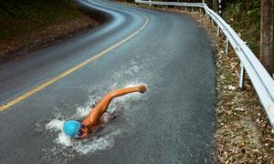 在路上游泳的男子创意视觉高清图片