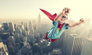 空中飞着的小超人创意摄影高清图片