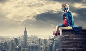 怀揣英雄梦的男孩创意摄影高清图片
