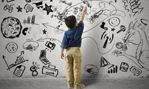手绘涂鸦墙前的工装小男孩高清图片