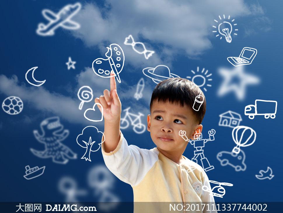 用手触碰手绘元素的小男孩高清图片