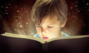 被书中内容吸引的男孩摄影高清图片