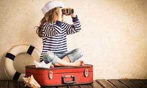 行李箱上坐着的小女孩摄影高清图片