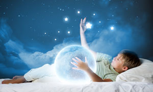 抱着星球摘星星的男孩创意高清图片