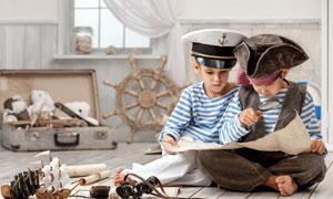 在研究藏宝图的俩船员创意高清图片