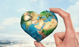 拿在手里的桃心状地球创意高清图片