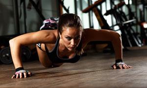 双手俯卧撑地训练运动美女高清图片