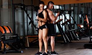 背靠背站着的健身男女人物高清图片