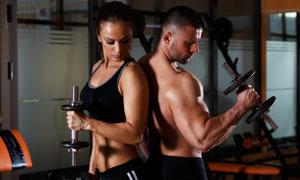 健身美女与健壮的男子摄影高清图片