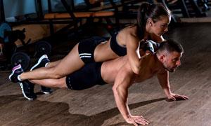 叠罗汉做俯卧撑的健身男女高清图片