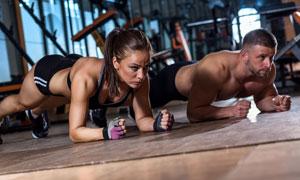 一起做平板支撑的运动男女高清图片