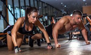 一起做健身的男女人物摄影高清图片