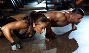 在卖力健身的运动男女人物高清图片