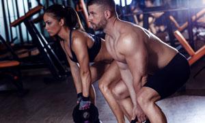 与肌肉男一起做训练的美女摄影图片